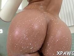 Bubble butt babe shakes her sexy ass in the bath tub