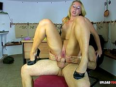 Sexy beauty gets her anal canal pumped