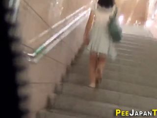 Japan babe pees in toilet